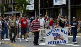Vétérans mars de WWII dans le défilé Photographie stock libre de droits