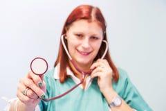 vétérinaire avec le stéthoscope dans la clinique Images stock
