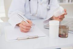 Vétérinaire dactylographiant sur le clavier les prescriptions Photos stock