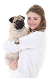 Vétérinaire heureux de jeune femme jugeant le chien de roquet d'isolement sur le blanc Image libre de droits