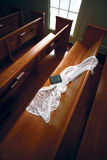 Véu no banco da igreja - trajeto de grampeamento Fotografia de Stock Royalty Free