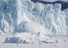 Vêlage de glacier d'Eqi, Groenland Photos stock