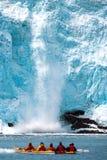 Vêlage de glacier de Holgate comme montre de kayakers en Alaska chez Kenai Images libres de droits