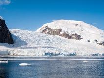 Vêlage de glacier de Deville dans la baie d'Andvord près de Neko Harbor, Arctows image libre de droits