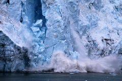 Vêlage de glacier en parc national Alaska de baie de glacier photographie stock libre de droits