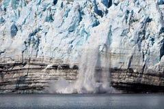 Vêlage de glacier en parc national Alaska de baie de glacier images stock