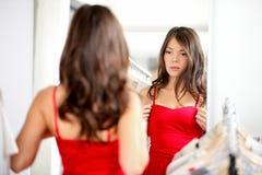 Vêtement de essai de femme Photos libres de droits