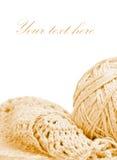 Vêtement tricoté beige et une bille d'amorçage Photos libres de droits