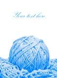 Vêtement tricoté bleu et une bille d'amorçage Images libres de droits