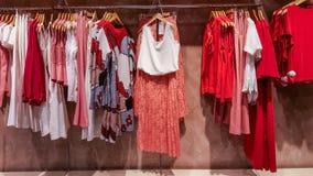 Vêtements à la mode dans un magasin de boutique à Eskisehir Image libre de droits