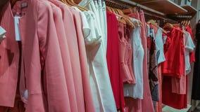 Vêtements à la mode dans un magasin de boutique à Eskisehir Photographie stock