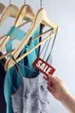 Vêtements élégants d'étiquette de vente Photo stock