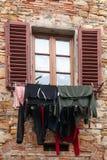 Vêtements accrochés pour dessécher la fenêtre en San Donato, Italie photo libre de droits