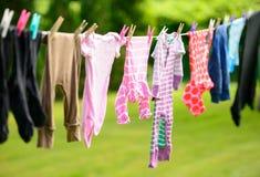 Vêtements accrochant sur la ligne dans le jardin Image libre de droits