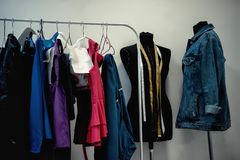 Vêtements accrochant sur le cintre dans le vestiaire photo stock