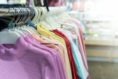 vêtements accrochant sur un cintre image stock