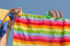 Vêtements accrochants de femme sur la ligne dehors photographie stock libre de droits