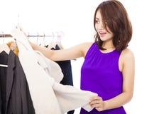 Vêtements asiatiques de sourire heureux d'achats de femme Image libre de droits