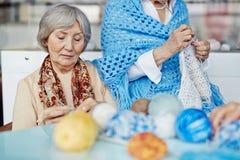 Vêtements chauds de tricotage avec l'ami Image libre de droits