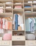 Vêtements, chaussures et accessoires élégants dans le grand cabinet de garde-robe photos stock