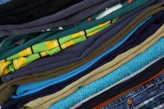 Vêtements, chaussures et accessoires - fond diagonal de clotes de pile de pile de groupe photographie stock