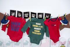 Vêtements, chaussures, ultrasons d'un futur bébé photos stock