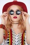 Vêtements chics de port de boho de belle jeune femme hippie photos libres de droits