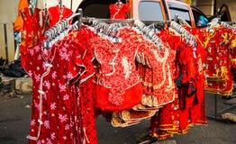 Vêtements chinois d'enfants se vendre sur le magasin avec la couleur rouge dans le côté de rue photos libres de droits