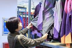 Vêtements choisis de femme images stock