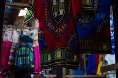 Vêtements colorés au marché de Kimironko à Kigali, Rwanda Images stock