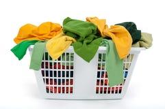 Vêtements colorés dans le panier de blanchisserie. Vert, jaune. images stock