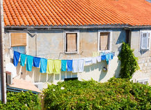 Vêtements colorés sur la corde à linge image stock