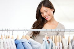Vêtements d'achats de femme Photos libres de droits