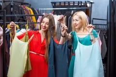 Vêtements d'achats de femme Photographie stock