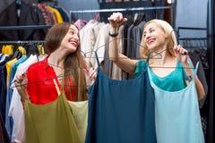 Vêtements d'achats de femme Photo libre de droits