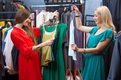 Vêtements d'achats de femme Image stock