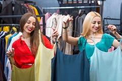 Vêtements d'achats de femme Photos stock