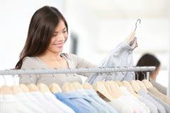 Vêtements d'achats de femme de client photographie stock libre de droits