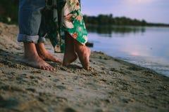 Vêtements d'amour de rivage de jeu de couples Photos stock