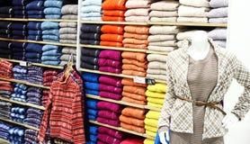 Vêtements dans la boutique Photos stock
