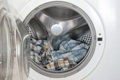 Vêtements dans la machine à laver photos stock