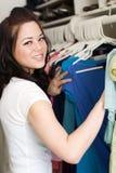 Vêtements dans le cabinet Image stock