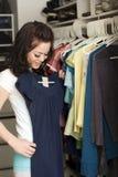 Vêtements dans le cabinet Photographie stock
