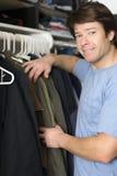 Vêtements dans le cabinet images libres de droits