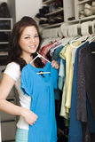Vêtements dans le cabinet Photographie stock libre de droits