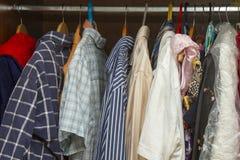 Vêtements dans le cabinet Images stock