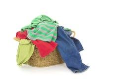 Vêtements dans le panier de blanchisserie photo stock