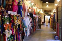 Vêtements dans le souq de Doha images libres de droits