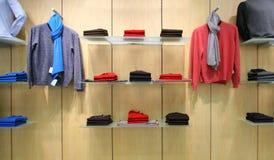 Vêtements dans le système images stock