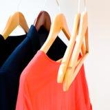 Vêtements dans le vestiaire Images stock
